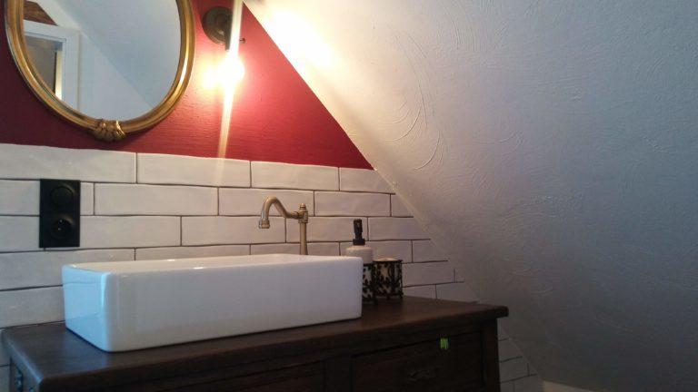 Ferienunterkunft Monschau Zimmer rot Waschbecken Detail